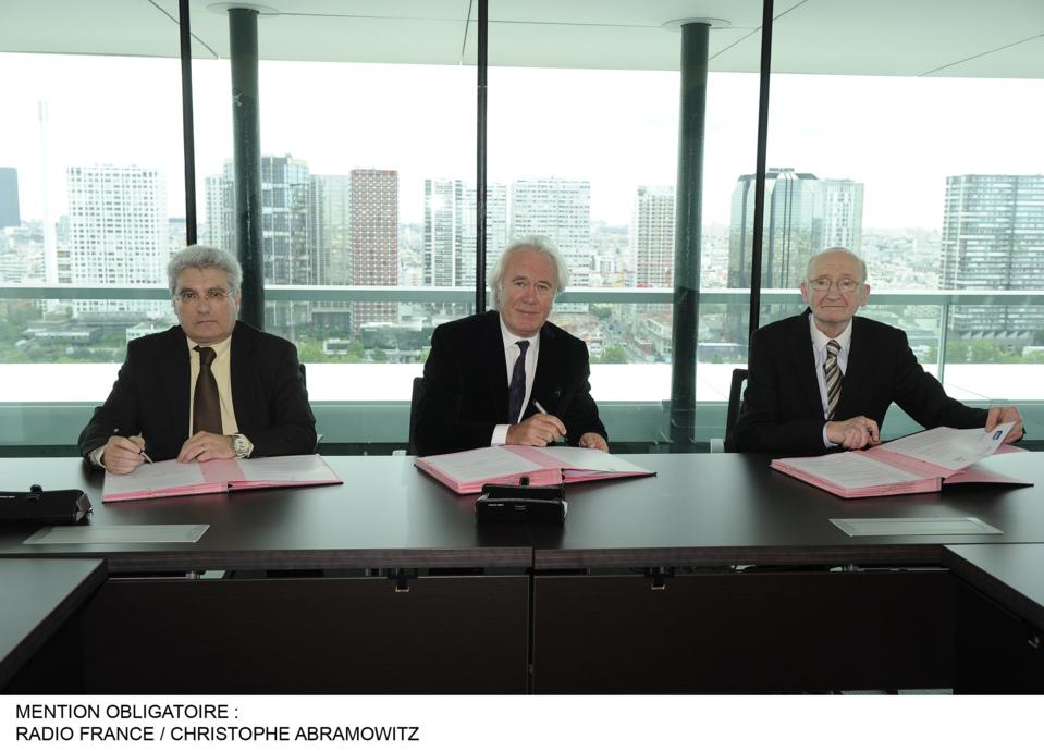 Signature de la charte par Emmanuel Boutterin – Président du SNRL, Jean-Luc Hees – Président du Groupe Radio France et Claude Palmer – Président d'honneur de la CNRA