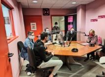 Béatrice Angrand, Présidente de l'Agence du Service Civique, avec les jeunes volontaires au micro de la radio sarthoise Fréquence Sillé
