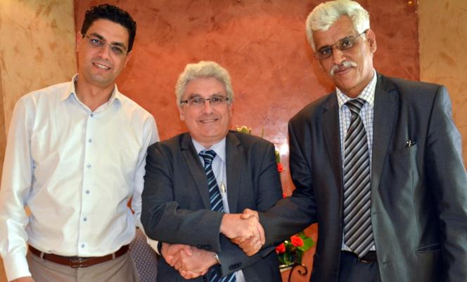 Rabat – 26 juillet 2014 : Emmanuel Boutterin rassemble des parlementaires d'opinions différentes. Ici : les députés Samir Belfkir, étoile montante du nouveau Parti de l'Authenticité et de la Modernité, et Omar Adkhil, du Mouvement Populaire (berbériste), président de la commission de la justice, de la législation et des droits de l'Homme.