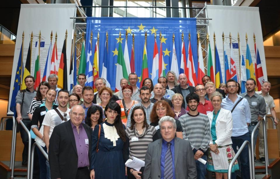 Une partie des participants au Carrefour Européen des Radios Libres devant le Parlement Européen à Strasbourg